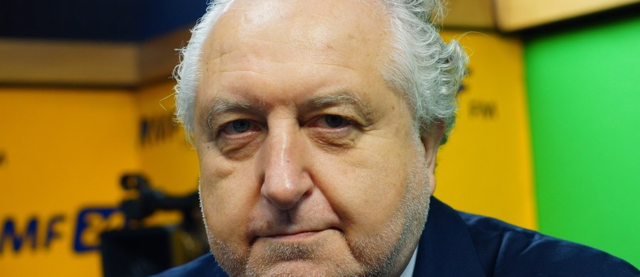 """""""Projekty prezydenta zostały wykastrowane z istoty (...). Myślę, że prezydent nie ma wyjścia. Będzie musiał je wycofać (...), albo zawetować"""" - mówi gość Krzysztofa Ziemca w RMF FM prof. Andrzej Rzepliński, były prezes TK, o pracach w Sejmie nad projektami prezydenckich ustaw sądowniczych. Jak dodaje: dla mnie jest dość dziwne że pan prezydent był nieobecny (...) kiedy Sejm zajmował się flagowymi projektami jego ustaw. """"Rozumiem, że marszałek Sejmu powiadomił go. Prezydent miał prawo i obowiązek przesunięcia tego terminu. (...) Jest jeszcze czas, że można wycofać te projekty. Robota musi się zacząć od nowa"""" – podkreśla prof. Rzepliński. Pytany o """"Stypendium wolności"""" dla Mateusza Kijowskiego byłego lidera KOD, odpowiada: on jest informatykiem. """"Z tego, co się potem dowiedziałem, jest dobrym informatykiem. Myślę, że znajdzie prace. Tworzenie tego typu stypendium byłoby poniżające"""" – tłumaczy były prezes TK, gość Krzysztofa Ziemca w RMF FM."""
