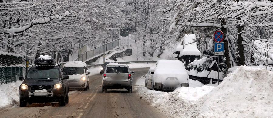 Niemal 60 tys. odbiorców w sześciu województwach nadal pozostawało w sobotę rano bez prądu po ostatnich opadach śniegu - podało Rządowe Centrum Bezpieczeństwa. Centrum zaapelowało też, by informować o potrzebujących pomocy. W piątek z powodu wychłodzenia zmarły dwie osoby.