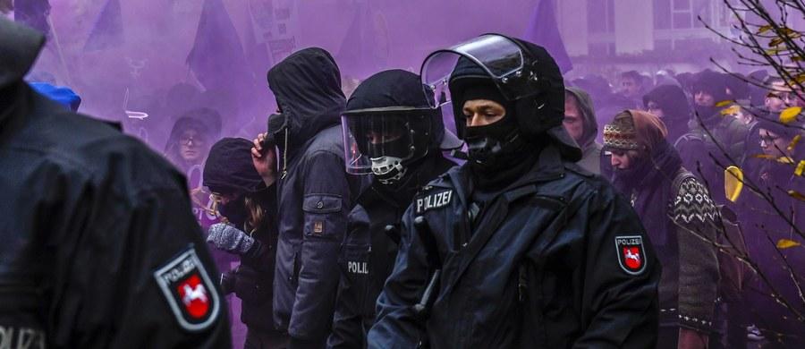 Przed rozpoczęciem zjazdu Alternatywy dla Niemiec (AfD) w Hanowerze doszło do zajść, w których rannych zostało kilku policjantów i co najmniej jeden uczestnik demonstracji. Protestujący blokowali dojazd do miejsca obrad. Policja użyła armatek wodnych.