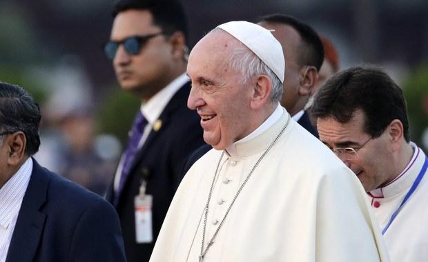 """""""Jesteśmy na granicy legalności broni nuklearnej"""" - powiedział papież Franciszek dziennikarzom w drodze powrotnej z Bangladeszu do Rzymu. Wyznał, że płakał w czasie spotkania z grupą uchodźców z muzułmańskiej grupy etnicznej Rohingja. Podczas konferencji prasowej w sobotę w samolocie papież mówił głównie o swej podróży do Birmy i Bangladeszu i wyraźnie poprosił, by tego dotyczyły pytania. Wyjątek uczynił między innymi dla kryzysu nuklearnego w związku z napięciem wokół Korei Północnej."""