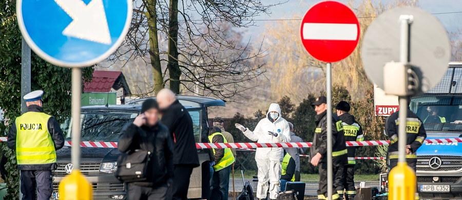 """""""Byłem na miejscu bezpośrednio po zdarzeniu, spędziłem tam dużo czasu na rozmowach z osobami, które kontrolowały działania i wg wstępnych (informacji) te działania są ocenione są pozytywnie"""" – podkreślił w rozmowie z TVP Info Komendant Główny Policji nadinspektor Jarosława Szymczyk odnosząc się do wydarzeń w Wiszni Małej, gdzie podczas akcji terrorystycznej zginął funkcjonariusz. """"To, że tam skierowano funkcjonariuszy pionu antyterrorystycznego, w mojej ocenie, zapobiegło zdecydowanie większej tragedii, która mogłaby mieć miejsce, gdyby do akcji przystąpili wyłącznie funkcjonariusze pionu kryminalnego, którzy tę sprawę prowadzili"""" – podkreślił szef policji."""