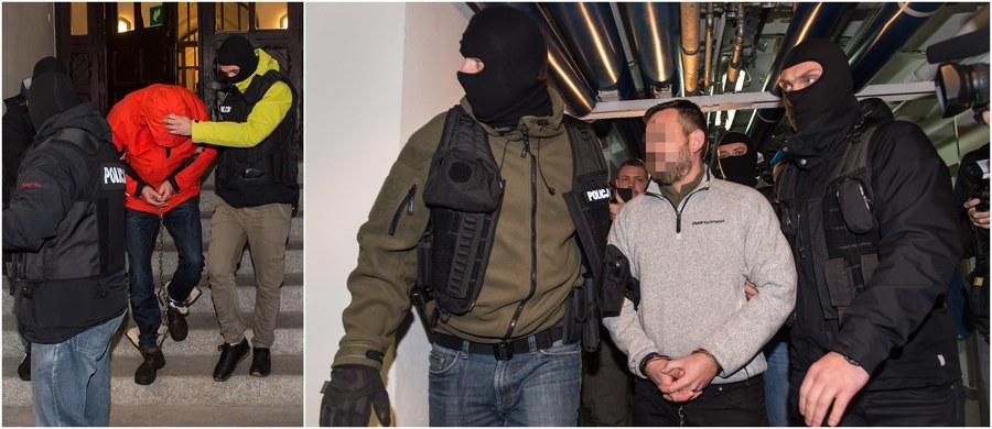 Na trzy miesiące trafią do aresztu Jacek S. i Grzegorz K. zatrzymani po tragicznej w skutkach strzelaninie w Wiszni Małej na Dolnym Śląsku. Przypomnijmy, do wymiany ognia doszło w nocy z soboty na niedzielę między wspólnikiem mężczyzn, który usiłował włamać się do bankomatu, a siłami policji. W strzelaninie zginął 41-letni antyterrorysta, trzech innych policjantów zostało rannych. Zastrzelony został napastnik.