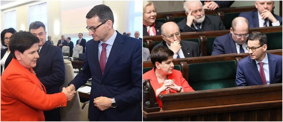 Nie jest tajemnicą, że pojawiła się propozycja, by na czele rządu stanął Mateusz Morawiecki - ogłosiła we wtorkowe popołudnie rzeczniczka Prawa i Sprawiedliwości Beata Mazurek. Tym samym potwierdziły się nieoficjalne ustalenia dziennikarza RMF FM Patryka Michalskiego, który już w poniedziałek ujawnił szczegóły najnowszego i najbardziej prawdopodobnego scenariusza rekonstrukcji rządu. W scenariuszu tym - autorstwa Jarosława Kaczyńskiego - Beatę Szydło zastąpić ma na stanowisku premiera właśnie obecny wicepremier, minister rozwoju i finansów Mateusz Morawiecki.
