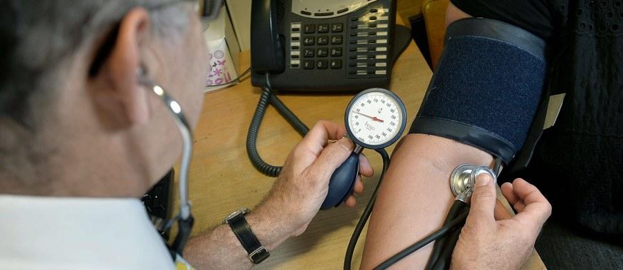 """Ciśnienie krwi u osób starszych zaczyna spadać 14 do 18 lat przed śmiercią. Takie zaskakujące doniesienia brytyjskich i amerykańskich naukowców przynosi najnowszy numer czasopisma """"Journal of the American Medical Association Internal Medicine"""". To wniosek z analizy danych medycznych ponad 46 tysięcy Brytyjczyków, którzy zmarli w wieku 60 lat lub więcej. Efekt dotyczył zarówno osób cierpiących na nadciśnienie, jak i całkowicie zdrowych."""