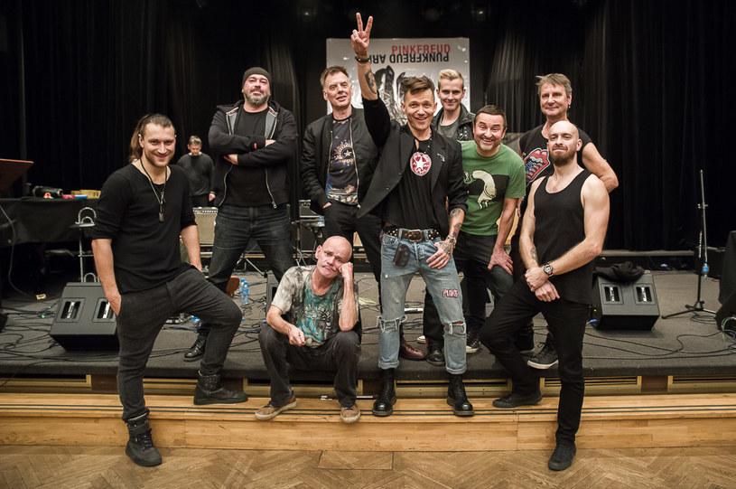 """Z okazji 10. rocznicy premiery płyty """"Punk Freud"""" dowodzona przez Wojtka Mazolewskiego grupa Pink Freud postanowiła przygotować koncertową płytę z legendami polskiego punk rocka."""