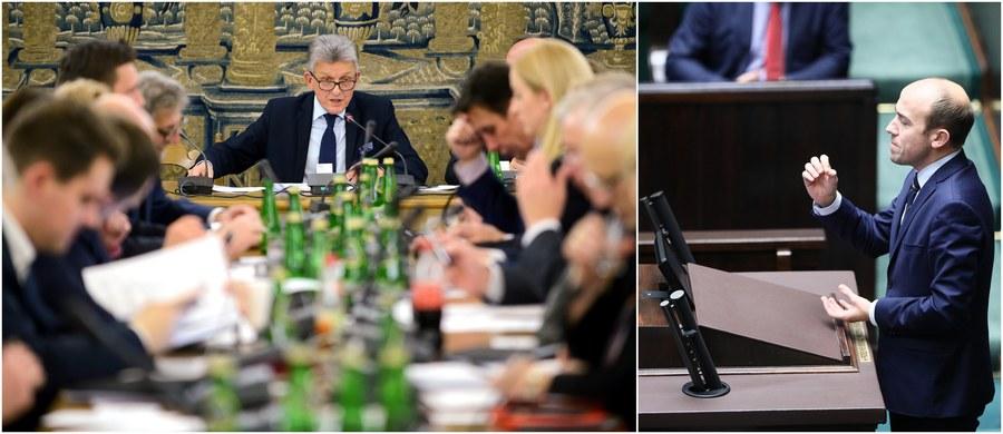"""Prezydencki projekt noweli ustawy o Krajowej Radzie Sądownictwa odesłany przez Sejm do komisji sprawiedliwości. Powodem poprawki zgłoszone w drugim czytaniu zarówno przez Prawo i Sprawiedliwość, jak i opozycję. Najważniejsza poprawka PiS przewiduje wykreślenie własnej wcześniejszej poprawki, zgodnie z którą kandydatów do KRS mogłyby zgłaszać m.in. grupy 25 prokuratorów, adwokatów, radców prawnych i notariuszy. """"Ponieważ padały zarzuty, że oto obok sędziów wyłaniać kandydatów do KRS spośród sędziów będą mogli w Polsce prokuratorzy, notariusze, adwokaci, w związku z tym decydujemy się wycofać ten zapis"""" - ogłosił poseł PiS Stanisław Piotrowicz. Odrzucenia projektu domagają się Platforma Obywatelska i Nowoczesna. Poseł PO Borys Budka, zwracając się w czasie sejmowej debaty do polityków PiS, stwierdził: """"Nic się nie zmieniło od lipcowych protestów, niestety nie wyciągnęliście żadnych wniosków. Nadal forsujecie zmiany, które są niezgodne z konstytucją""""."""