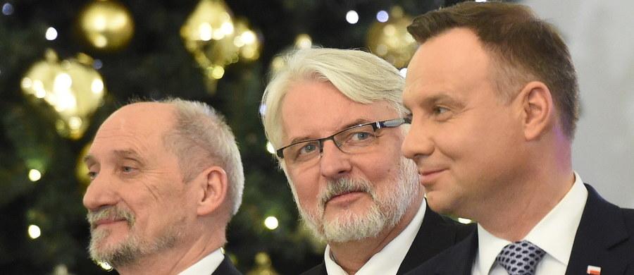 """""""Może ktoś powie: 'w zasadzie nie ma zmiany'. Jest zmiana, proszę państwa. Jest nowy prezes Rady Ministrów, który podjął decyzję, że chce pracować z dotychczasową Radą Ministrów, zanim zdecyduje dokonać w niej jakichkolwiek zmian. (...) To dobra decyzja"""" - tak prezydent Andrzej Duda odniósł się w przemówieniu, wygłoszonym po powołaniu rządu Mateusza Morawieckiego, do faktu, że w nowym gabinecie nie doszło na stanowiskach ministrów do żadnych zmian. Duda, którego konflikt z szefem MON Antonim Macierewiczem od dawna nie jest tajemnicą, podkreślał, że liczy na dobrą współpracę, a komentując tę dotychczasową stwierdził: """"Były mankamenty, co do których jako prezydent Rzeczypospolitej oczekuję, że znikną""""."""