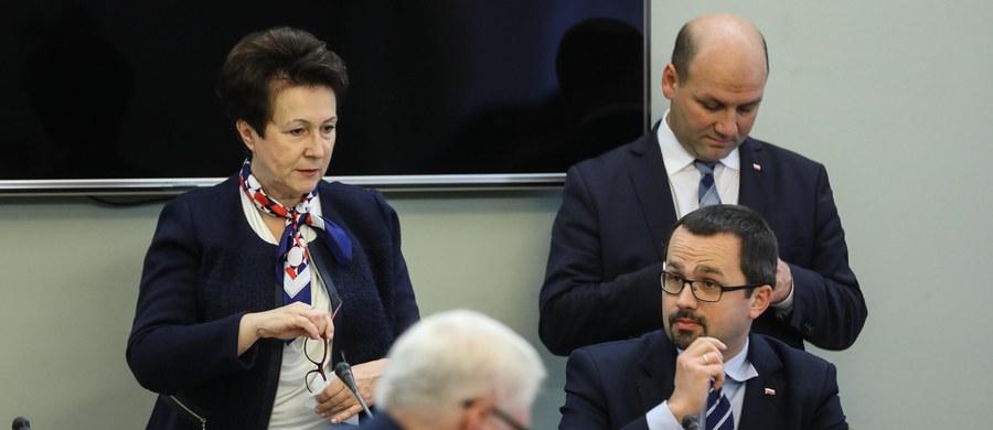 """Nowy szef Krajowego Biura Wyborczego będzie wskazywany przez ministra spraw wewnętrznych i administracji? To z trzech zgłoszonych przez niego kandydatów będzie mogła wybrać Państwowa Komisja Wyborcza - przewiduje jedna z nowych poprawek PiS-u do kodeksu wyborczego. Pierwotnie kandydatów miał wskazywać Sejm, Senat i prezydent. """"PiS chce zamienić Krajowe Biuro Wyborcze w organ rządowy"""" - tak o poprawkach PiS mówi opozycja."""