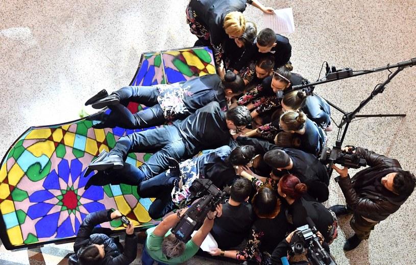Siedząc lub klęcząc, stojąc lub opierając się o fortepian, osiemnastka bośniackich nastolatków i dwóch nauczycieli muzyki zagrali wspólnie na tym samym fortepianie. W ten sposób pobili rekord Guinnessa.