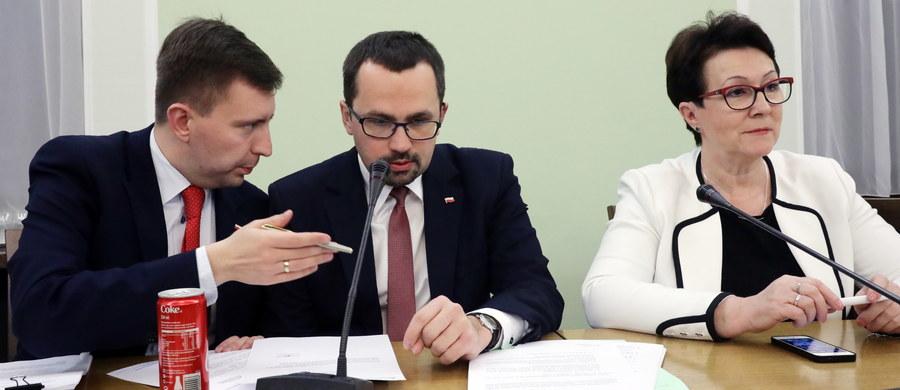 Sejmowa komisja nadzwyczajna przyjęła w środę poprawki PiS do projektu zmian w ordynacji wyborczej autorstwa tego klubu. Zachowują one m.in. JOW-y w gminach do 20 tys. mieszkańców i pozostawiają kompetencję ustalania granic okręgów wyborczych władzom samorządowym.