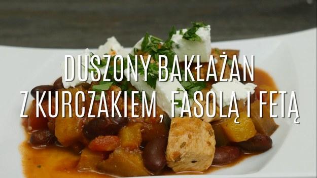 Potrzebujesz pomysłu na rodzinny obiad? Co powiesz na duszonego bakłażana z kurczakiem, fasolą i fetą? Dzięki mięsu z kurczaka i fasoli, duszony bakłażan jest niezwykle sytym daniem, a ser feta nadaje mu bałkańskiego charakteru. Duszony bakłażan z dodatkiem kurczaka, fasoli i fety to rozgrzewająca potrawa w sam raz na weekendowy obiad z całą rodziną.
