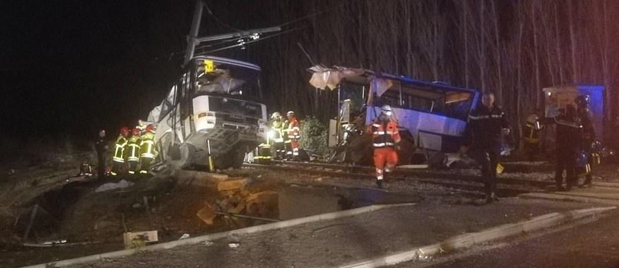 Cztery osoby zginęły, a 24 osoby zostały ranne w zderzeniu szkolnego autobusu z pociągiem w pobliżu Perpignan na południu Francji.