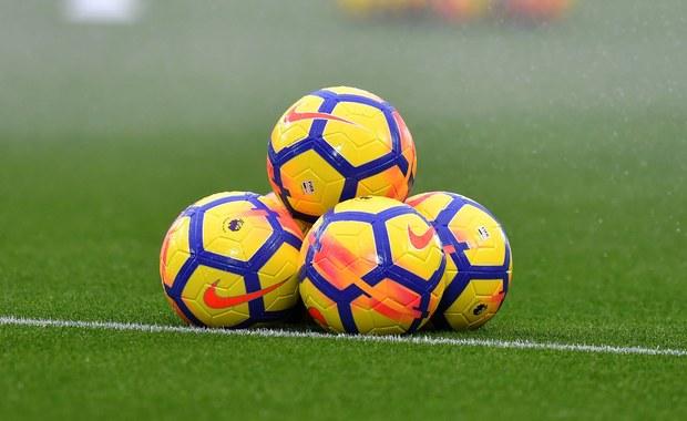Daleko upadła piłka, jak zgniłe jabłko od rajskiej jabłoni. W idylli mojego dzieciństwa, futbol był świętością. Dziś już nie potrafię niewinnie spoglądać na spoconych facetów w pogoni za kasą.