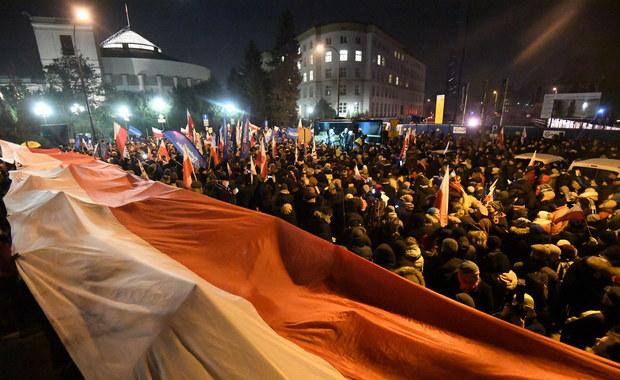 """Trwające od roku śledztwo w sprawie wydarzeń przed Sejmem w nocy 16 grudnia będzie przedłużone. Jak ustalił dziennikarz RMF FM Tomasz Skory, wydarzenia określane jako """"próba puczu"""" wciąż nie doczekały się aktów oskarżenia. Prowadzący sprawę prokurator poprosił właśnie o kolejne przedłużenie śledztwa."""