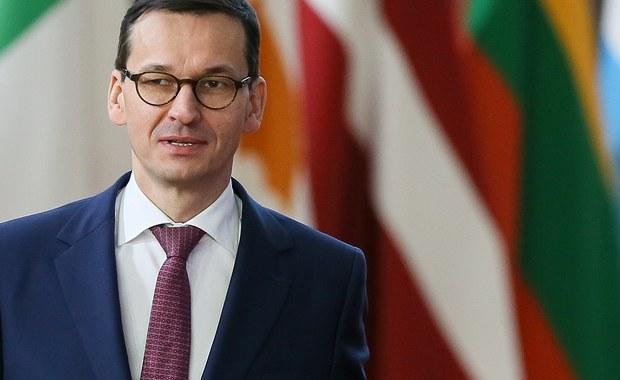Premier Mateusz Morawiecki wrócił do kraju w związku z zaplanowanym spotkaniem z ministrem koordynatorem służb specjalnych Mariuszem Kamińskim i szefem Agencji Wywiadu - dowiedziała się PAP ze źródeł zbliżonych do rządu. Do spotkania doszło w piątek późnym wieczorem.