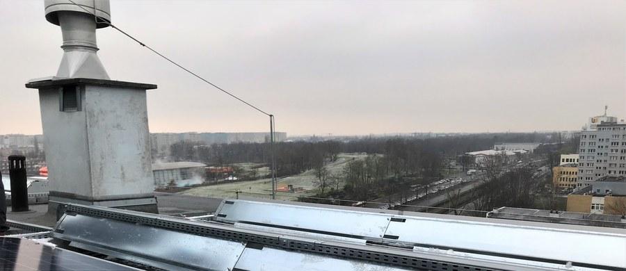 Na dachach 35 wieżowców we Wrocławiu postawiono 3 tysiące paneli słonecznych. To największa rozproszona elektrownia w Polsce. Ekologiczna energia wykorzystywana jest w częściach wspólnych wieżowców – do oświetlania piwnic, klatek schodowych, zasilania wind i innych instalacji. To także konkretna oszczędność dla mieszkańców.