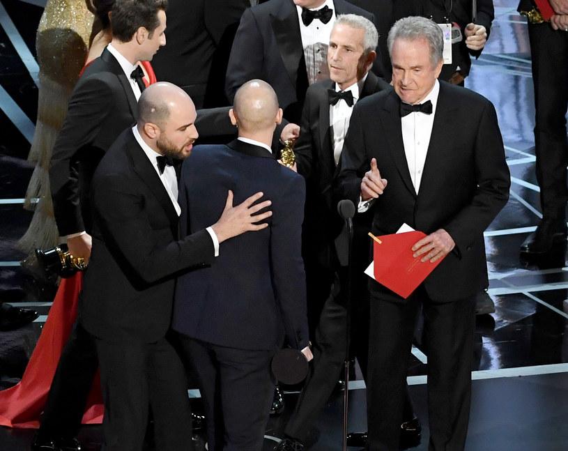 """Pod koniec lutego podczas gali Oscarów doszło do słynnej pomyłki z kopertami: zamiast """"Moonlight"""" Barry'ego Jenkinsa najlepszym filmem nazwano """"La La Land"""" Damiena Chazelle'a. Gdy wyjaśniono sytuację, pod znakiem zapytania stanęła kariera kilku osób z """"Fabryki Snów"""". A to był jedynie początek... W kolejnych miesiącach po serii oskarżeń o molestowanie seksualne na bruku wylądowali m.in. producent Harvey Weinstein, aktor Kevin Spacey i reżyser Bryan Singer, a świat kina zaczął drastycznie się zmieniać. Jak wyglądał najbardziej skandaliczny rok w historii Hollywood?"""
