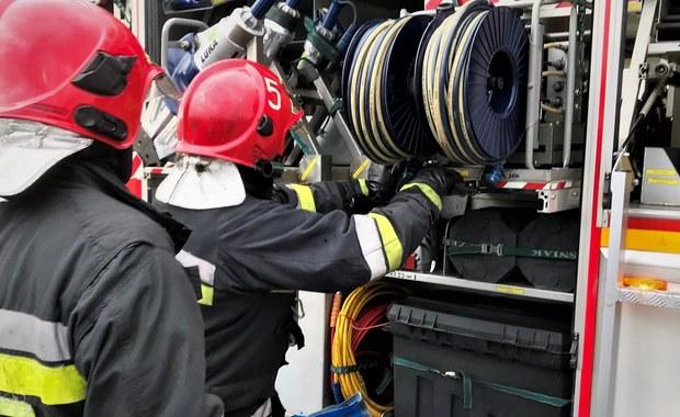 Cztery osoby trafiły do szpitala po wybuchu gazu LPG w samochodzie. Do wypadku doszło w miejscowości Czertez w powiecie sanockim na Podkarpaciu. Tankujący zapomniał, że z samochodu kilka dni wcześniej został wymontowany zbiornik na gaz.