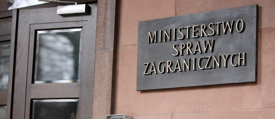 Polska z ubolewaniem przyjmuje uruchomienie przez Komisję Europejską procedury przewidzianej w art. 7 TUE, która z istoty swojej ma charakter polityczny, nie zaś prawny; obciąża ona niepotrzebnie nasze wzajemne relacje, co może utrudniać budowanie porozumienia - oświadczyło MSZ.