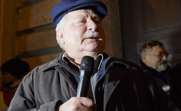 """""""Dziękuję Unii Europejskiej za twardą i męską decyzje"""" – tak były prezydent Lech Wałęsa skomentował w mediach społecznościowych decyzję Komisji Europejskiej o uruchomieniu art. 7 traktatu UE wobec Polski. Kilka dni wcześniej apelował o """"jeszcze bardziej zdecydowane działania dyscyplinujące""""."""