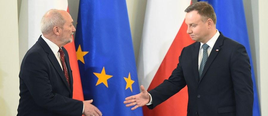 """W wywiadzie dla Polsat News prezydent Andrzej Duda przyznał, że współpraca z ministrem obrony Antonim Macierewiczem jest dla niego trudna. """"W wielu punktach mam odmienne zdanie niż pan minister Macierewicz i ja to artykułuję. Pan minister Macierewicz też nie zawsze zgadza się ze mną, na nim spoczywa odpowiedzialność z bieżącym prowadzeniem spraw związanych z obroną narodową"""" – tłumaczył."""