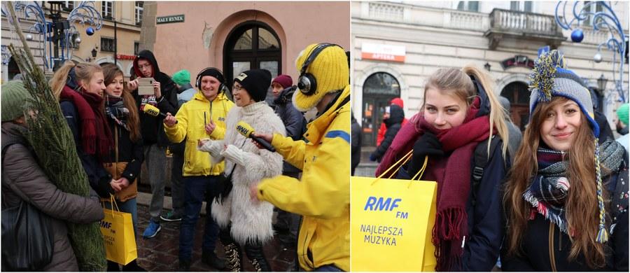 Choinki pod Choinkę od RMF FM powędrowały w ręce naszych słuchaczy w Krakowie! Zielone drzewka rozdawaliśmy - z pomocą Anny Wyszkoni - na Małym Rynku: było wspólne kolędowanie i mnóstwo atrakcji! Stolica Małopolski była ostatnim przystankiem na trasie naszego świątecznego żółto-niebieskiego konwoju. W sumie w dwunastu miastach w całym kraju przekazaliśmy Wam 12 tysięcy pachnących świerków!