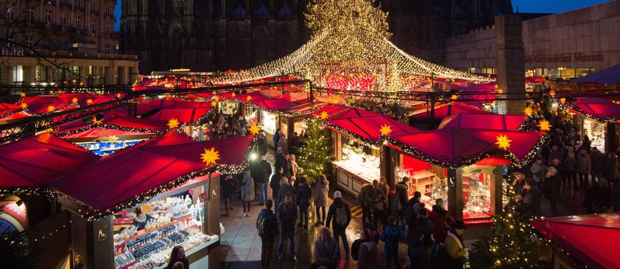 """Policja zamknęła w piątek wieczorem większą część jarmarku bożonarodzeniowego w Bonn, w zachodnich Niemczech, z powodu znalezionej podejrzanej paczki. Jest ona badana przez ekspertów. """"Przypuszczamy, że obiekt ten nie jest niebezpieczny, ale wciąż go badamy"""" - powiedział rzecznik policji."""