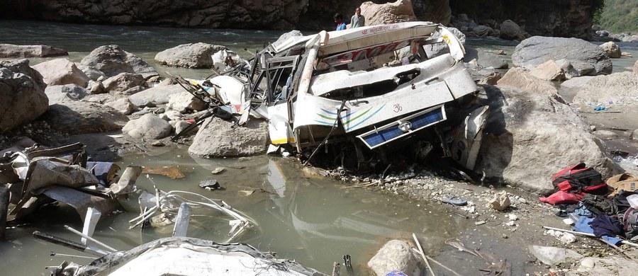 W sobotę autokar runął z mostu do rzeki w stanie Radźasthan, w zachodnich Indiach. Co najmniej zginęły 32 osoby. Dziesięć osób przeżyło wypadek i zostały ranne.