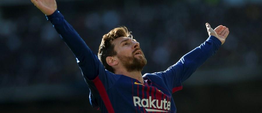 """Po golach Luisa Suareza, Lionela Mesiego i Aleixa Vidala Barcelona wygrała w Madrycie z Realem 3:0  w 175. ligowym El Clasico. Piłkarze """"Dumy Katalonii"""" umocnili się na prowadzeniu w ekstraklasie. Real traci do lidera aż 14 punktów. To trzecia z rzędu porażka """"Królewskich"""" na stadionie Santiago Bernabeu w prestiżowych potyczkach z Barceloną."""