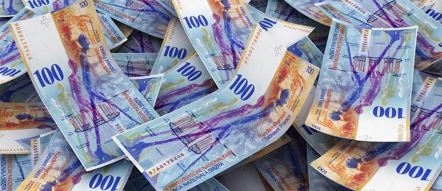 Pierwszy dzień po świętach przynosi kolejne dobre wiadomości dla frankowych kredytobiorców. Szwajcarska waluta tanieje, a jej kurs doszedł już do poziomu sprzed nagłej eksplozji powyżej 5 złotych. Teraz to 3,56 zł, co dla frankowiczów jest ogromną oszczędnością.