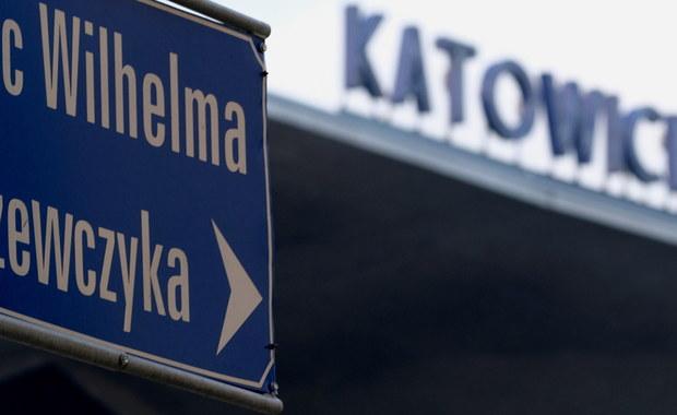 Ponad 5,5 tys. podpisów złożyli mieszkańcy Katowic, sprzeciwiający się zmianie nazwy położonego centrum miasta placu Wilhelma Szewczyka – śląskiego pisarza, ale też działacza partii komunistycznej w PRL. Decyzją wojewody plac ma nosić imię Marii i Lecha Kaczyńskich.