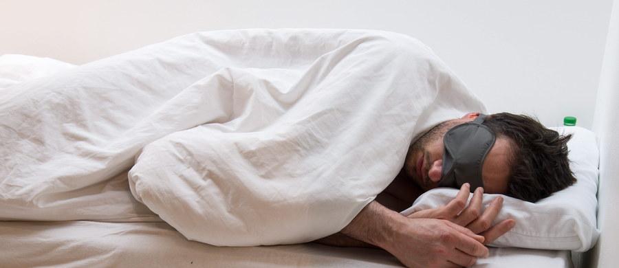"""Do listy noworocznych postanowień z pewnością powinniśmy dodać obietnicę, że będziemy więcej spać. Brak snu ostatnio, coraz częściej bywa kojarzony z poważnymi kłopotami zdrowotnymi. Wyniki badań, opublikowane przez naukowców Washington University School of Medicine w St. Louis, wskazują, że współczesna """"epidemia"""" niewyspania może przyczyniać się do zwiększenia częstości przypadków choroby Alzheimera. Badacze piszą na stronie internetowej czasopisma """"Annals of Neurology"""", że czuwając w nocy nasz mózg wytwarza zbyt dużo beta-amyloidu, białka którego nadmiar może wywoływać w mózgu zmiany, prowadzące do demencji."""