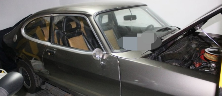 Do 10 lat więzienia grozi 28-latkowi, który chciał ukraść zabytkowe auto z podziemnego garażu w Piasecznie. Mężczyzna został spłoszony przez świadka. Policjanci nie mieli problemów z zatrzymaniem go, bo… na miejscu zostawił swój portfel z dowodem osobistym.