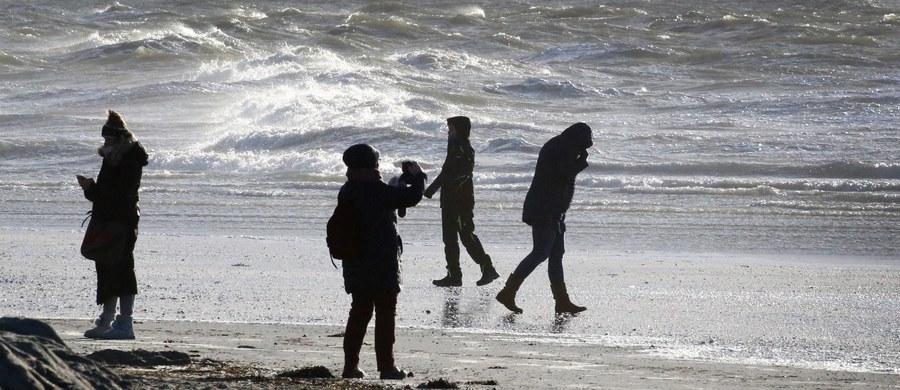 Ok. 40 tys. domów w Bretanii na północnym zachodzie Francji zostało pozbawionych dostaw prądu z powodu zimowego sztormu Carmen. W niedzielę z powodu porywistych wiatrów zginęła jedna osoba.