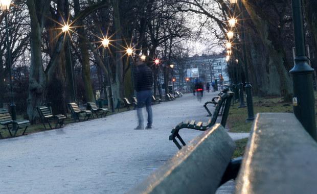 W związku z prognozami, według których we wtorek w Krakowie wystąpi smog, od północy przez całą dobę będzie można korzystać z bezpłatnej komunikacji miejskiej. Po raz pierwszy zostanie ona wprowadzona na podstawie prognozy, a nie jak było wcześniej w oparciu o średnią pomiarów na stacjach monitoringu zanieczyszczenia powietrza.