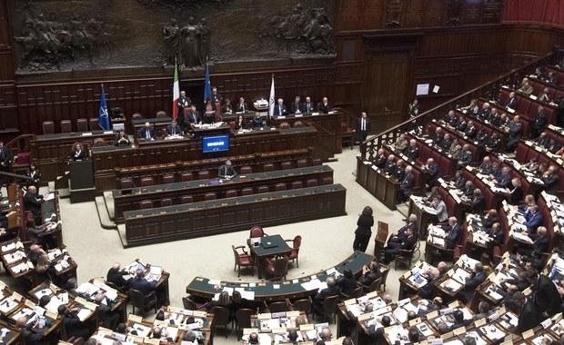 W ciągu 5-letniej kadencji parlamentu Włoch, rozwiązanego pod koniec grudnia przed nadchodzącymi wyborami, doszło do rekordowej liczby 566 zmian barw klubowych. Tylko w ostatnich dniach różne ugrupowania i kluby opuściło 20 deputowanych i senatorów. Ta polityczna wędrówka i rozstania z partiami oraz przejścia do innych to rezultat przegrupowań na scenie politycznej przed wyborami, rozpisanymi na 4 marca - tak w mediach komentowane jest to zjawisko, którego statystykę przedstawiło obywatelskie stowarzyszenie Openpolis z Rzymu.