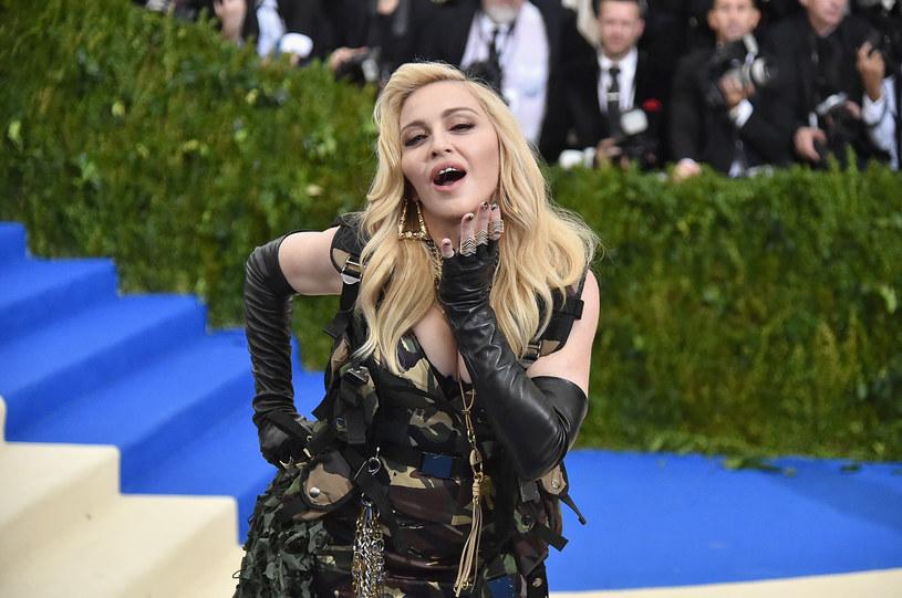 Madonna spędziła sylwestra i Nowy Rok w towarzystwie swojej nowej przyjaciółki - 94-letniej Celeste Rodrigues. Sędziwa Portugalka jest śpiewaczką fado i siostrą zmarłej w 1999 r. królowej tego gatunku - Amalii Rodrigues.