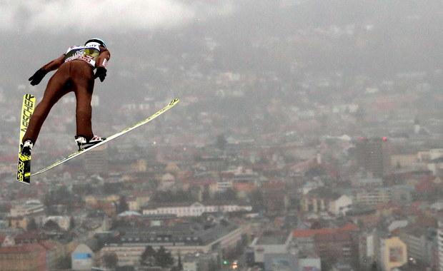 Komplet siedmiu Polaków zobaczymy w czwartek w trzecim konkursie Turnieju Czterech Skoczni w Innsbrucku. W kwalifikacjach najlepiej w polskiej ekipie spisał się Kamil Stoch, który zajął drugie miejsce, za Japończykiem Junshiro Kobayashim. Czwarty był Dawid Kubacki. Debiut w zawodach Pucharu Świata zanotuje siostrzeniec Adama Małysza Tomasz Pilch.