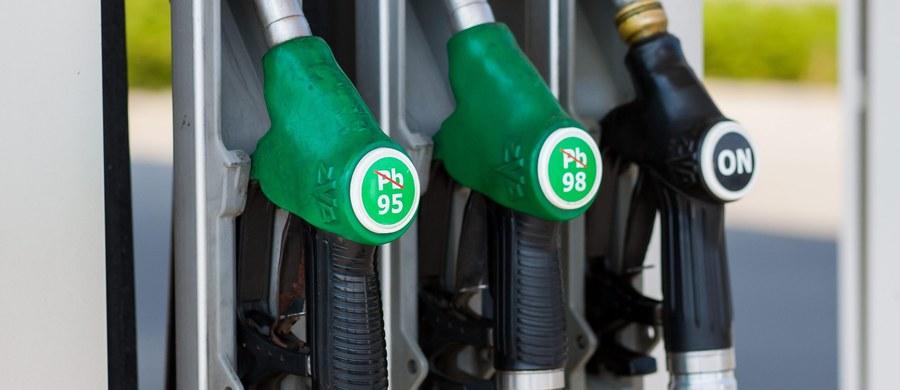 """Nie należy spodziewać się znaczących spadków cen paliw na polskich stacjach w 2018 roku - przewiduje analityk biura maklerskiego """"Reflex"""". Nowy rok kalendarzowy nie powinien nam przynieść także podwyżek cen benzyny, oleju napędowego i autogazu."""