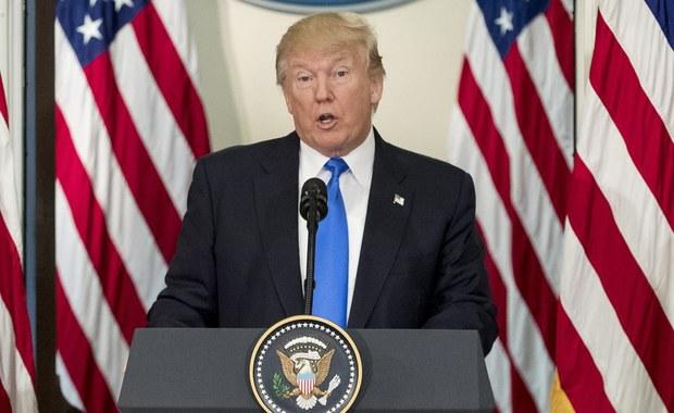 """Zdaniem ekspertów,  Donald Trump użył przenośni w swoim wpisie na Twitterze, że ma na biurku """"silniejszy przycisk"""" atomowy niż ten, którym dysponuje północnokoreański dyktator Kim Dzong Un. Prezydent USA nie ma na biurku """"przycisku atomowego"""", może jednak wydać rozkaz ataku atomowego. """"Myślę, że prezydent wie, że nie ma 'przycisku' i wypowiadał się przenośnią, aby dać do zrozumienia, że może w pojedynkę rozkazać użycie o wiele większej liczby głowic nuklearnych niż Kim Dzong Un"""" - stwierdził Kingston Reif, dyrektor ds. rozbrojenia Stowarzyszenia Kontroli Zbrojeń (Arms Control Association)."""