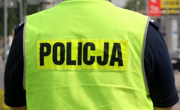 """Policja wyjaśnia sprawę napaści na 14-letnią ciemnoskórą dziewczynę, która została zaatakowana przez nieznanego sprawcę na warszawskiej Ochocie. Napastnik miał krzyczeć: """"Polska dla Polaków"""". Nastolatka trafiła do szpitala."""