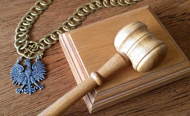 Sąd Okręgowy w Koszalinie skazał w czwartek na 15 lat pozbawienia wolności 60-letniego Stanisława K. za zabójstwo Krzysztofa J., którego ciała nie znaleziono do dziś. Oskarżony nie przyznawał się do winy. Proces był poszlakowy.