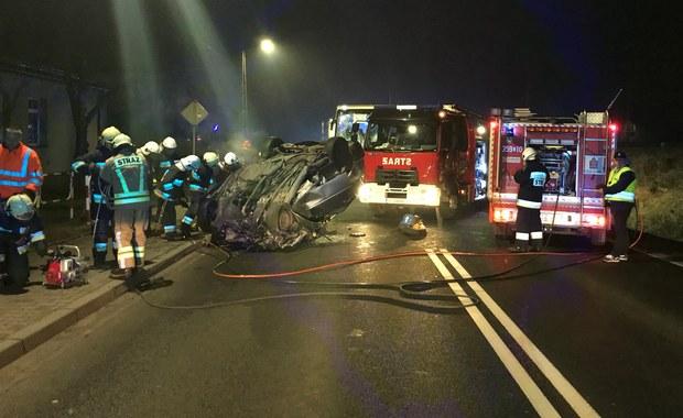 Dwie osoby zginęły w zderzeniu samochodu osobowego z turystycznym autokarem z Niemiec na drodze krajowej nr 46 w Blachowni koło Częstochowy. Informację o zdarzeniu otrzymaliśmy na Gorącą Linię RMF FM.