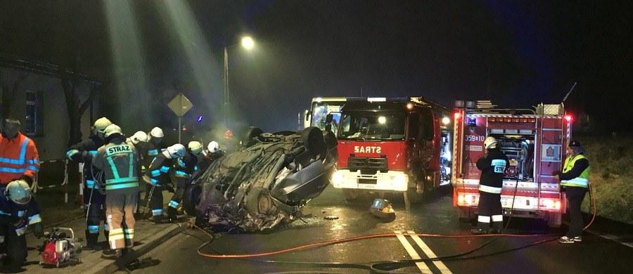 Dwie osoby zginęły, a 13 zostało rannych w wypadku, do jakiego doszło w sobotę wieczorem w Blachowni (Śląskie) na drodze krajowej nr 46. Według Centrum Zarządzania Kryzysowego Wojewody Śląskiego, życiu hospitalizowanych nie zagraża niebezpieczeństwo.