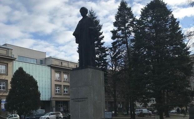 Lubelska Maryśka wymaga remontu. Tak mieszkańcy Lublina nazywają pomnik Marii Skłodowskiej-Curie stojący na terenie miasteczka akademickiego. Fundacja absolwentów UMCS chce zebrać potrzebne 100 tysięcy złotych. Doraźna konserwacja nie przynosi już oczekiwanych rezultatów.