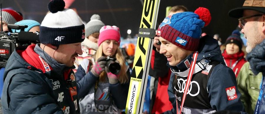 """Adam Małysz był pod wrażeniem wyczynu Kamila Stocha w narciarskim Turnieju Czterech Skoczni, w którym podwójny mistrz olimpijski z Soczi triumfował na wszystkich obiektach. """"On się w ciągu roku sakramencko rozwinął"""" – ocenił były zawodnik, a obecnie dyrektor Polskiego Związku Narciarskiego. """"Poszedł niesamowicie do przodu. I fizycznie, i mentalnie. Im jesteś starszy, tym jesteś mocniejszy, ale też musisz więcej pracować. A on fizycznie jeszcze jest bardzo mocny, a gdy do tego dochodzi siła psychiki, to nie ma niego gościa. Tak jest w tym momencie"""" – dodał."""