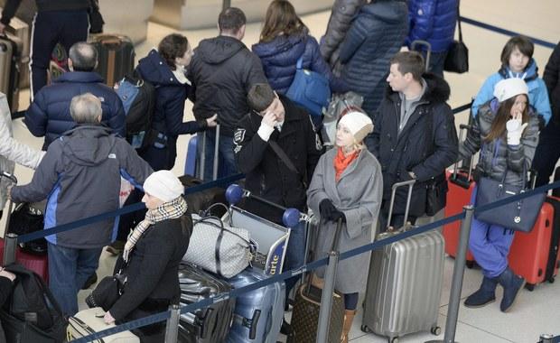 Zamieszanie na lotniskach w północno-wschodniej części Stanów Zjednoczonych. Po czwartkowych opadach śniegu i rekordowych mrozach linie lotnicze odwołały tysiące lotów. Teraz mają problemy z przewiezieniem do miejsc docelowych tych pasażerów, którzy utknęli w terminalach portów lotniczych. Na lotnisku JFK koczują także Polacy.