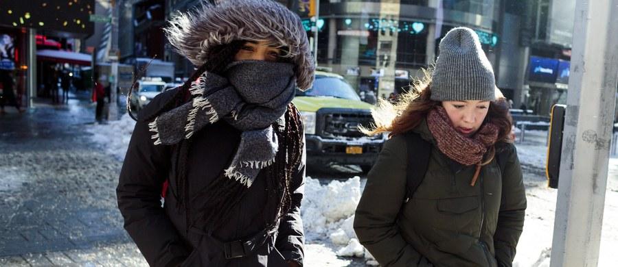 Rekordowo niskie temperatury utrzymywały się na północnym wschodzie i środkowym zachodzie USA i w Kanadzie, ale prognozy zapowiadają ich lekkie zelżenie. Media podały, że mrozy spowodowały dotychczas 22 ofiary śmiertelne. Wciąż panuje chaos na lotniskach.