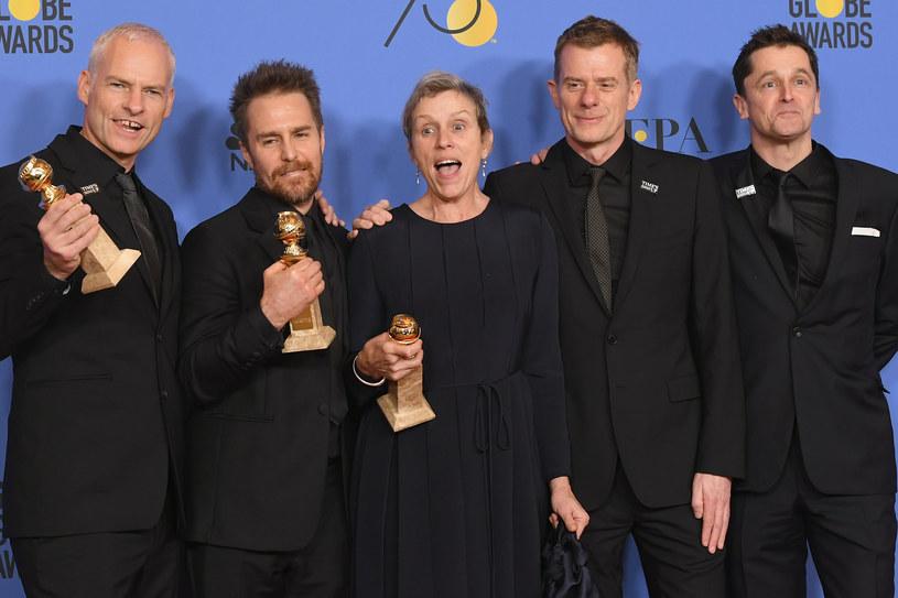 """Cztery Złote Globy zdobył dramat """"Trzy billboardy za Ebbing, Missouri"""" podczas 75. gali rozdania tych nagród w niedzielę, 7 stycznia, w Los Angeles. Cztery statuetki powędrowały też w ręce twórców miniserialu """"Wielkie kłamstewka"""". Porażkę poniósł polsko-brytyjski dramat """"Twój Vincent"""" Doroty Kobieli i Hugh Welchmana, nominowany w kategorii najlepszy film animowany, przegrywając z amerykańskim """"Coco"""". W centrum uwagi podczas uroczystości znalazły się prawa kobiet, co jest pokłosiem ujawnionych ostatnio przypadków molestowania w Hollywood."""