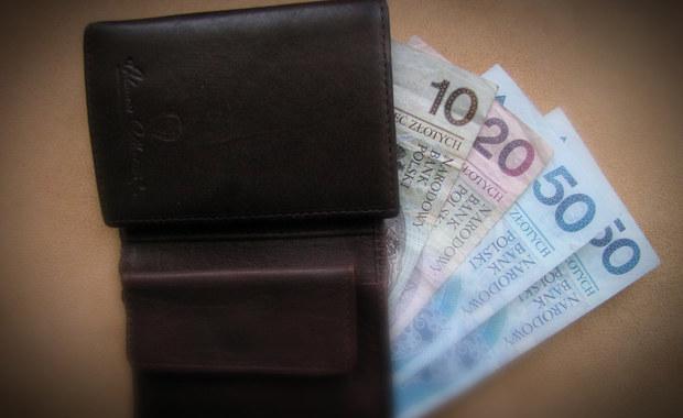 Kilka milionów złotych miała wyprowadzić z jednego z banków w Sochaczewie kasjerka zatrzymana przez mazowieckich policjantów. Jak twierdzi prokuratura - nie tylko okradała klientów, ale także pomagała w wyłudzaniu kredytów.